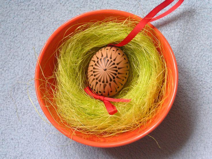 Velikonoční kraslice zdobená včelím voskem Velikonoční kraslice zdobená včelím voskem, vajíčka slepičí v přírodní barvě. Všechny kraslice připraveny na uvázání např. na větvičku. Červená stužka. Poštovné je bohužel vyšší, zasílám jako křehké, aby se k Vám kraslice dostali v pořádku.