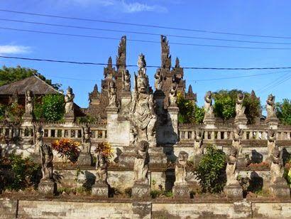 Pura Maduwe Karang merupakan pura yang ada di desa kubutambahan. yang menjadi pura ini populer karena keindahan relief dan patung patungnya yang indah