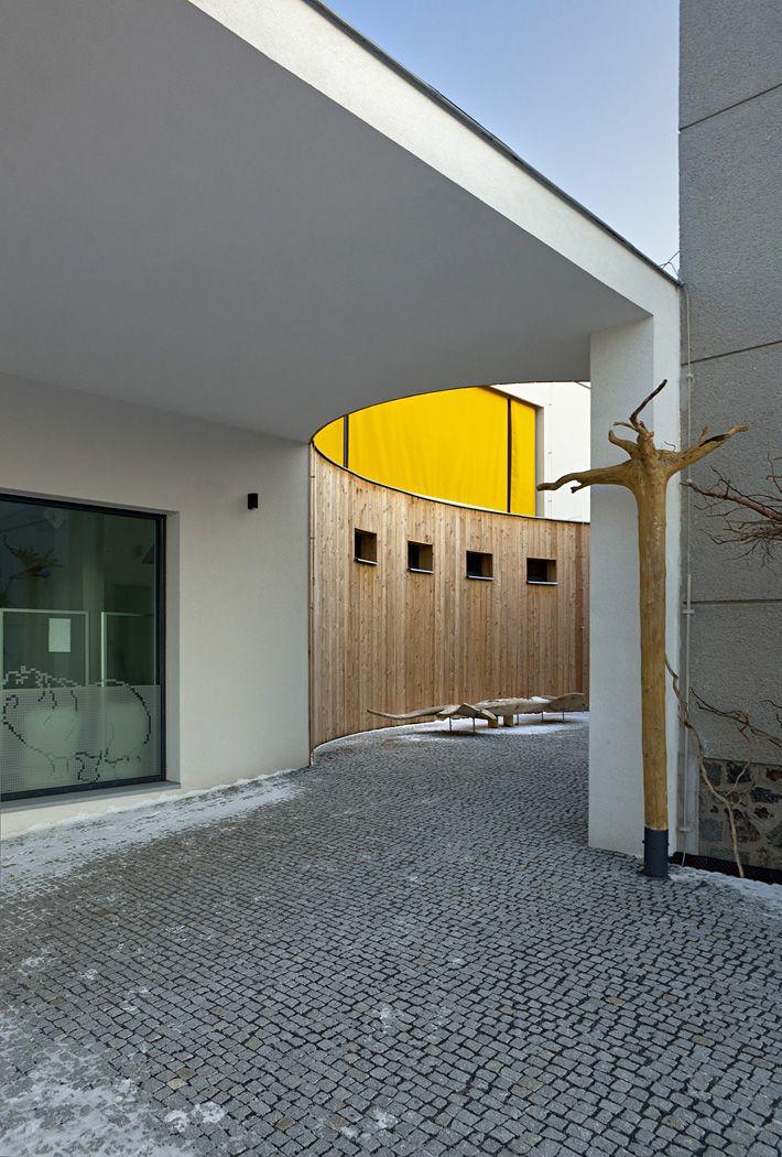 Pohled do eliptického atria, vlevo okno k bazénu, nahoře se žlutou žaluzií, relaxační místnost