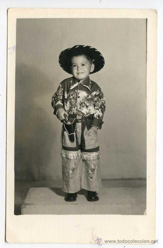 Niño hijo de emigrante español en Cuba, vestido de vaquero, foto postal fechada en 1953 - Foto 1