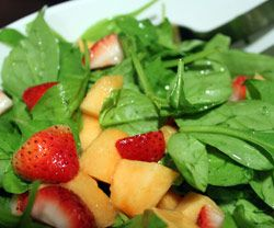 Melon, jordbær og spinatsalat opskrift