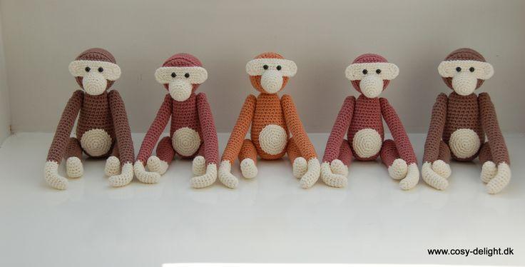 Hæklede aber. Lavet af Anette F.