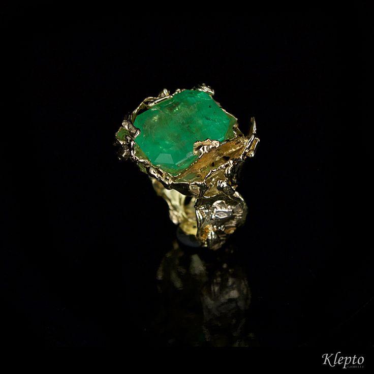 Anello in oro giallo e smeraldo realizzato a mano. Klepto gioielli