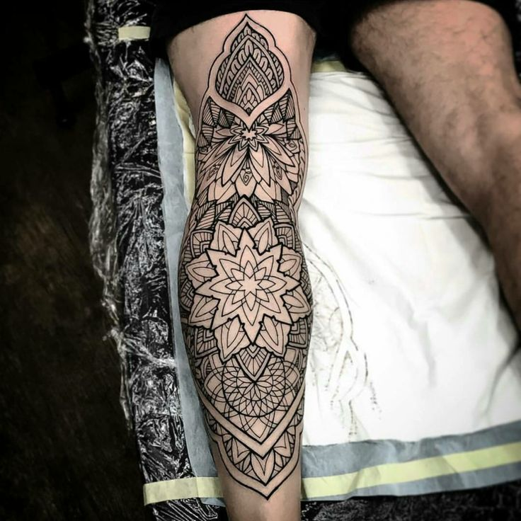 mandala tattoo en la pierna