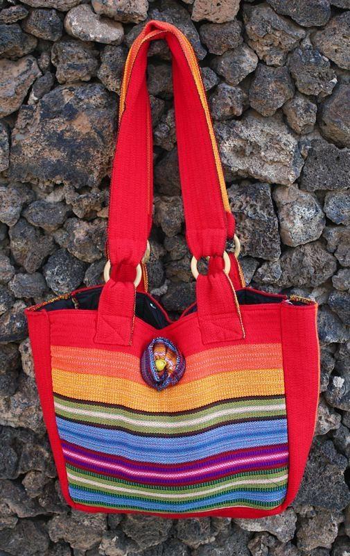 Bonito y práctico bolso realizado con tela tejida en telar manual en nuestros talleres de Ecuador. Este bolso está forrado con tela negra y se cierra con cremallera.
