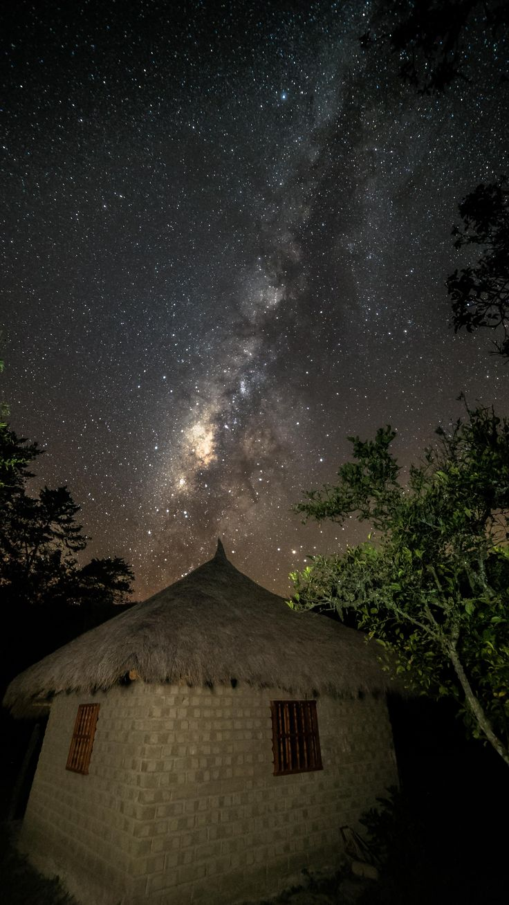 Long exposure of the Milky Way on a aruhaca Accommodations near the Sierra Nevada de Santa Marta in Colombia.  Larga exposicion de la via lactea sobre una acomodacion aruhaca cerca de la sierra nevada de Santa Marta en Colombia.