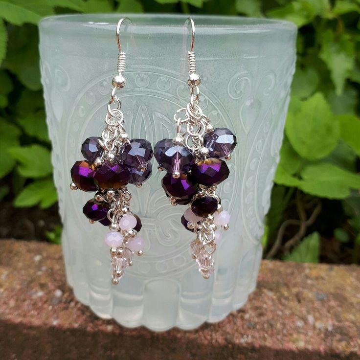 Cluster oorbellen in paars en roze.