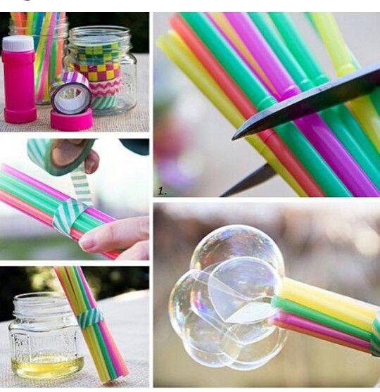 Nodig; rietjes, washi tape , zeep met water 1. Plak de rietjes vast bij elkaar zoals bij de foto 2. Knip de boven deel eraf 3. En doe de rietjes in het mengsel  4. En blaas maar