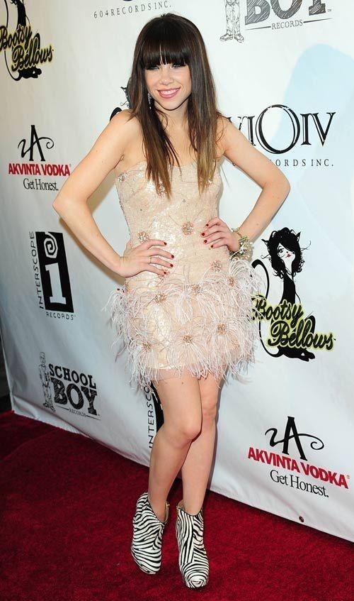 Carly dá seu toque fashion ao vestido nude de festa com a ankle boot com estampa de zebra!   Carly Rae Jepsen - Look do dia - Setembro de 2012 - CAPRICHO