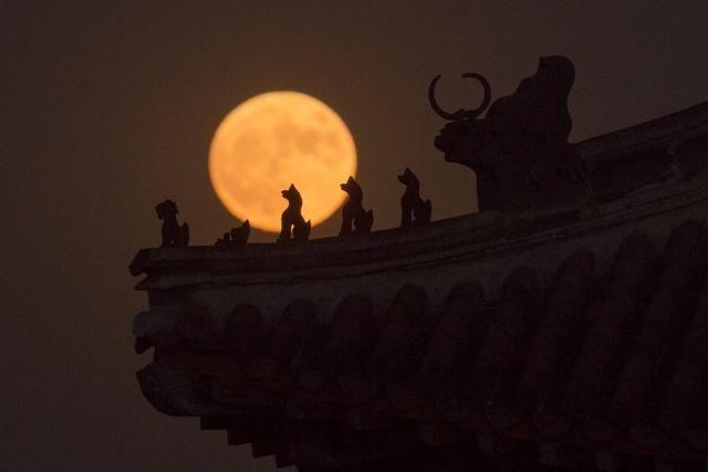 Les toits de la Cité Interdite à Pékin se dessinent sur la Super Lune.