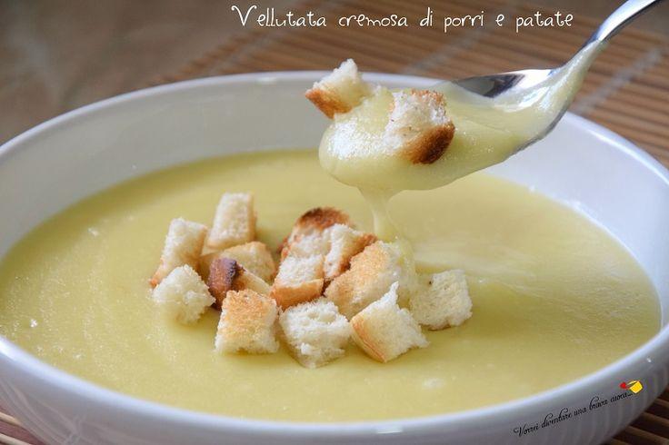 La vellutata cremosa di porri e patate è una minestra dal sapore delicato e gustoso, perfetta da degustare nel periodo invernale.