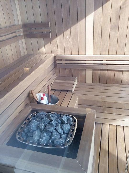 Sauna privata de uz exterior IBEK, pentru 3-4 persoane 2300x1900 mm: Interior sauna si banci/mobilier din lemn de plop finlandez thermowood, 7 m2 suprafata sticla clara securizata, termorezistenta de 10 mm., 8 cm  Placare exterioara sauna cu sistem modern de placare fatade tip Bond  de culoare gri antracit, soba de incalzire sauna de 15kW otel inoxidabil. în Villefranche-sur-Mer, Provence-Alpes-Cote d'Azur, Franța.