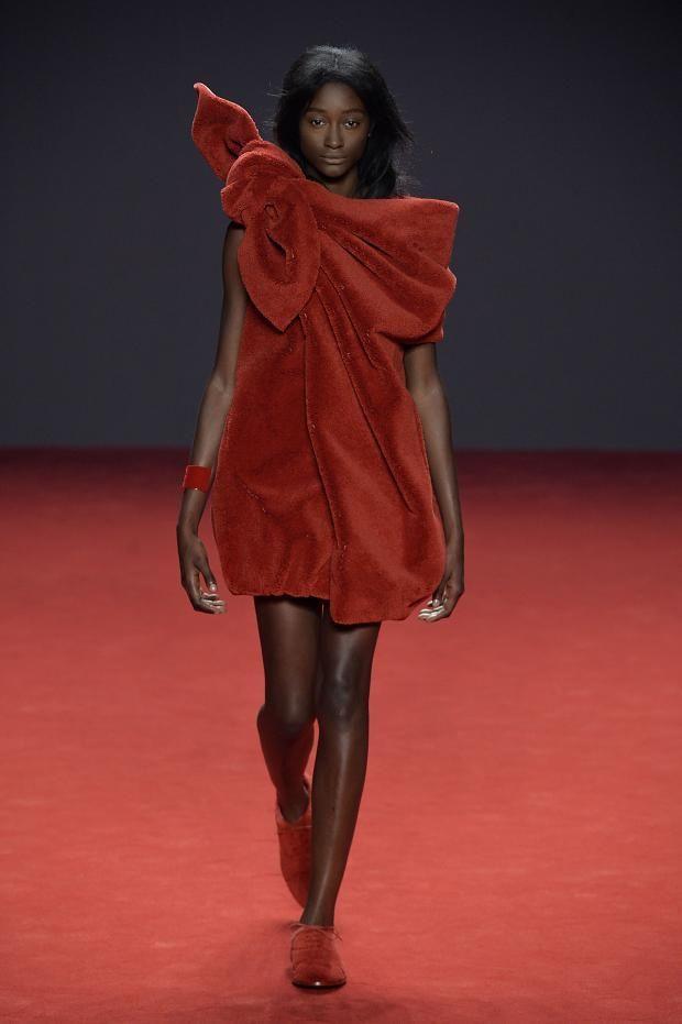 Gli stilisti escono nuovamente fuori dal coro, presentando un'intera collezione in velluto rosso e fiocchi eccentrici, con tanto di animalier tono su tono.http://www.sfilate.it/229449/viktor-rolf-fiocchi-abiti-esclusivamente-in-velluto-rosso
