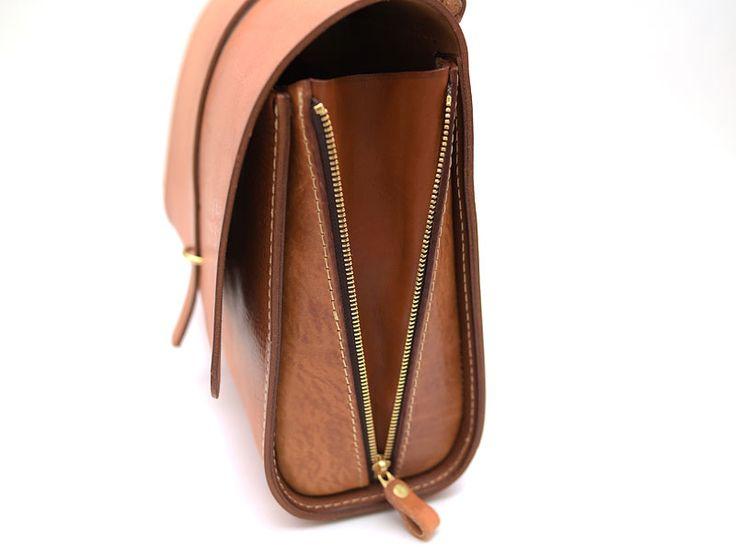 HERZ創業者の近藤デザインによる水かきマチの3wayバッグ。A4用紙が入るサイズ感でメンズ・レディース問わずで使える本革の3wayバッグです。