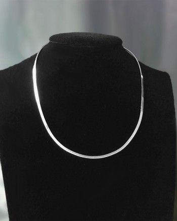 Gargantilla de Plata 925.  Diseño: ovalado, de chapa lisa.  Medida: 3mm de ancho.