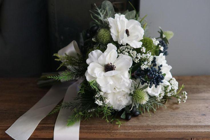 アネモネのウェディングブーケ  Anemone & orive  bridal bouquet 大人っぽいシャープさを出したく 丸い葉は使わず  アネモネの花名はギリシア語のanemos風に由来するそう 英語の別名はWindflower 早春の風が吹き始める頃に花を咲かせるからといわれています ヨーロッパでは古くから美しさとはかなさの象徴とされているんだとか アネモネのブーケを持つ花嫁さま 素敵ですね         #anemone #アネモネ #bouquet #weddingflowers #weddingbouquet #ブーケ #ウェディング #ウェディングフォト #ウェディングニュース #ナチュラルウェディング #ガーデンウェディング #ウェディングブーケ #ハワイウェディング #結婚式 #結婚式準備 #プレ花嫁 #日本中のプレ花嫁さんと繋がりたい #オーダーメイド #前撮り #花のある暮らし #クラッチブーケ #creemawedding #wedding #bridalbouquet #bridal #写真撮ってる人と繋がりたい #アーティフィシャルフラワー…