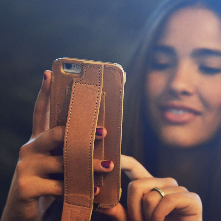 Juugo: phone-à-porter.  The super practical leather smartphone case with a handle and a card pocket.
