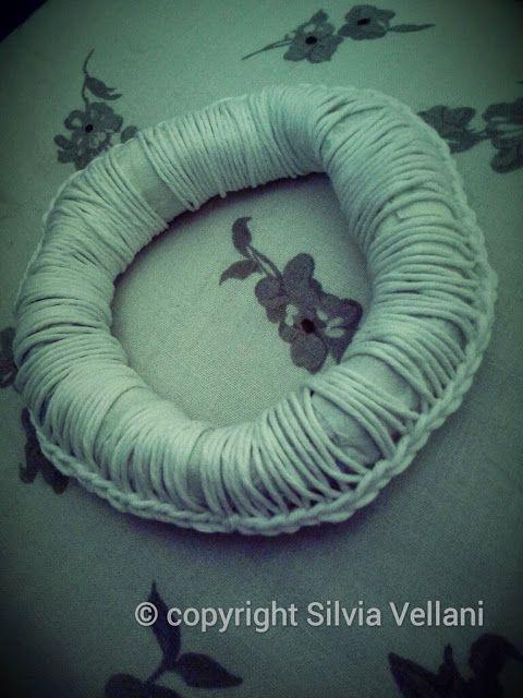 Marea di Leuko: Bangle realizzato all'uncinetto con volantino nastro carta e spago Crochet bangle made by paper, paper band and cord