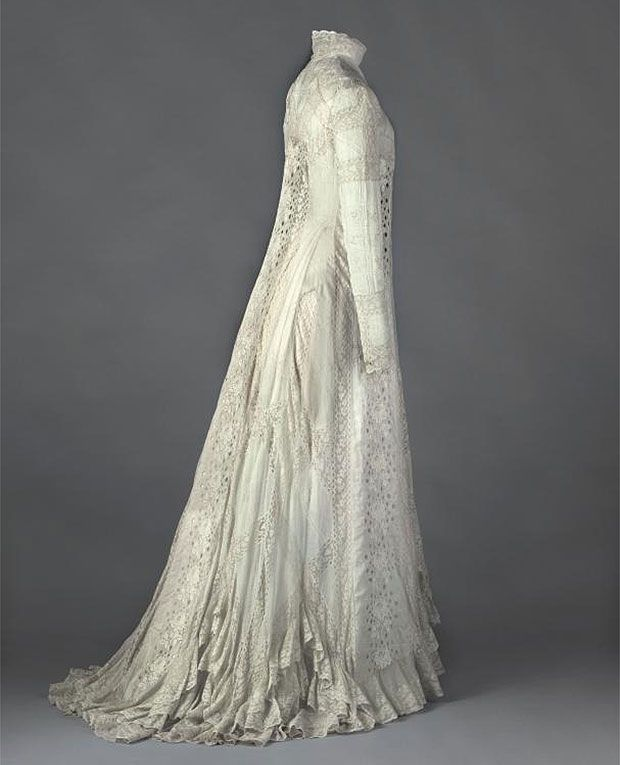 Belle Époque Paris: Tea-gown, de Réjane 1898 – 1899.  Dress in white cotton, cotton mechanic lace, flower embroidery design. © Eric Emo / Galliera / Roger-Viollet