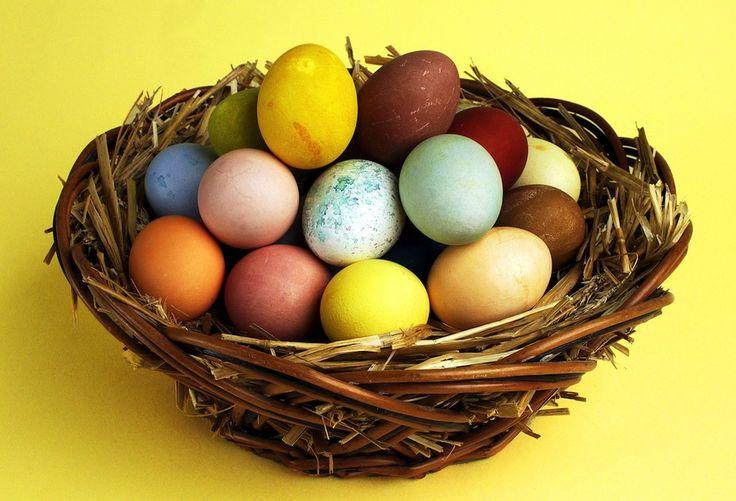 Oroa dig inte för påskäggen. Allt du behöver för att få glada färger på äggen finns redan i ditt skafferi och på kryddhyllan.