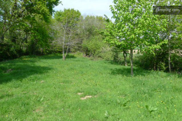 [Gamping] Sartilly, Basse-Normandie // Situé à 35 min du Mont Saint Michel, à 15 min de la plage de Carolles, de Granville, d'Avranches, à 5 min de l'abbaye et de la forêt de la Lucerne, à 2 min de Sartilly (tout commerces), ce terrain clos d'arbres, exposé Sud dans sa longueur, vous permet de profiter du calme de la campagne en toute indépendance.