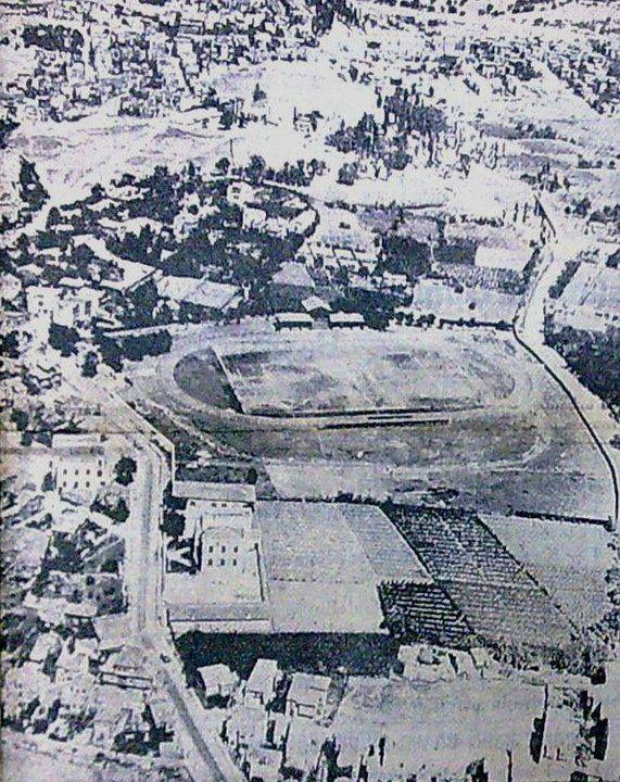 KIZILTOPRAK NOSTALJİSİ... Şimdi Şükrü Saraçoğlu'nun olduğu yer... 1929'da saha, Fenerbahçe tarafından kiralanmış ve bu tarihten sonra Fenerbahçe Stadı olarak anılmaya başlamış. 6 Temmuz 1932'de de, Fenerbahçe'ye satılmış. 1965'te, bir önceki stad yapıldı. Şimdiki stad ise, bir önceki stadın 1999 ile 2006 yılları arasında parça parça yıkılıp yenilenmesiyle meydana geldi. Burada o stadın 1950'den önceki halleri var...