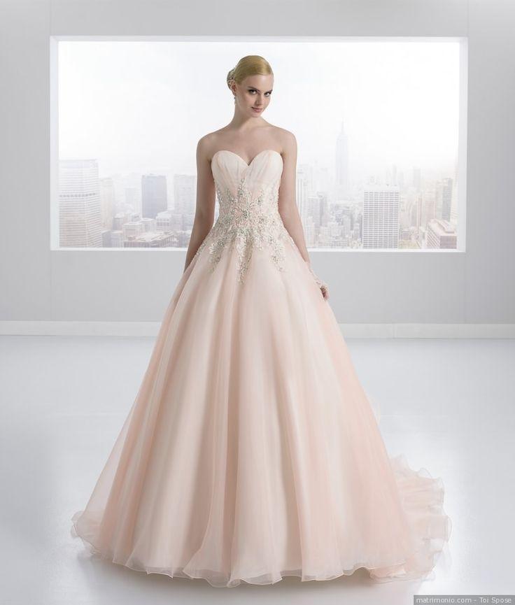 Abito da sposa di Toi Spose. Corpetto con scollo a cuore e gonna in tulle total rosa.