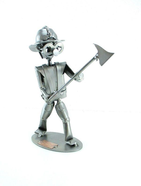 De brandweerman probeert de deur te forceren met de bijl. Maten: (h/b/d) in cm ca: 18,5 x 10 x 6