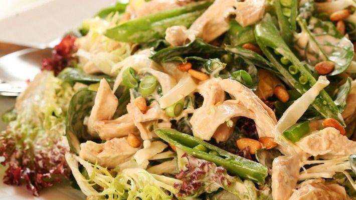 Grønn kyllingsalat med sukkererter og pinjekjerner - Gjester - Oppskrifter - MatPrat