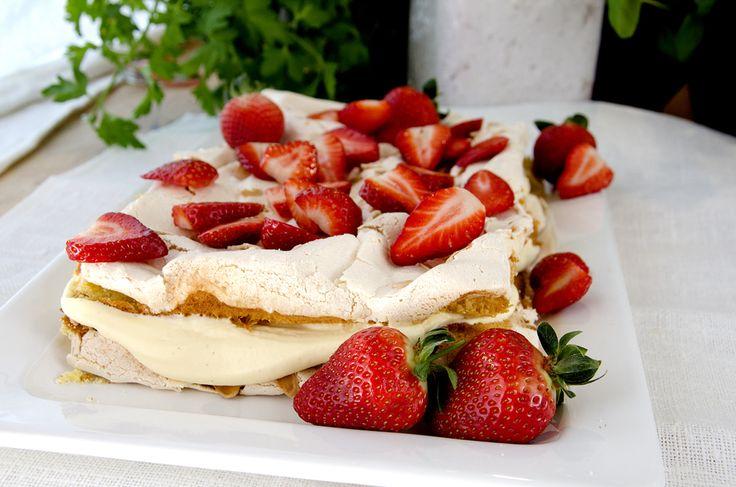 Den kalles Verdens Beste; sukkerbrød, marengs, vaniljekrem OG toppet med jordbær!