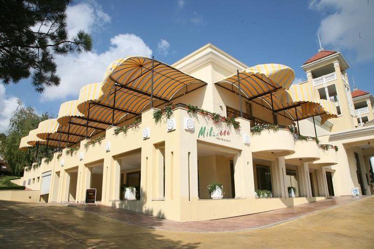 Belleville Hotel Duni, Bulgaria  LOCALIZARE: la 250 de metri de plaja.  INFORMATIE GENERALA: hotelul a fost construit in anul 2003.  CAPACITATE: • cladire cu 6 etaje • 4 lifturi • 188 camere duble (max. 2+1/3 persoane, 23 m²) • 13 apartamente cu 1 dormitor (max. 2+2/3+1 persoane, 40 – 42 m²).  TIP MASA:ALL INCLUSIVE: vezi descrierea de mai jos.  COPII: Turistii cu varsta intre 2 – 5.99 ani sunt considerati copii.