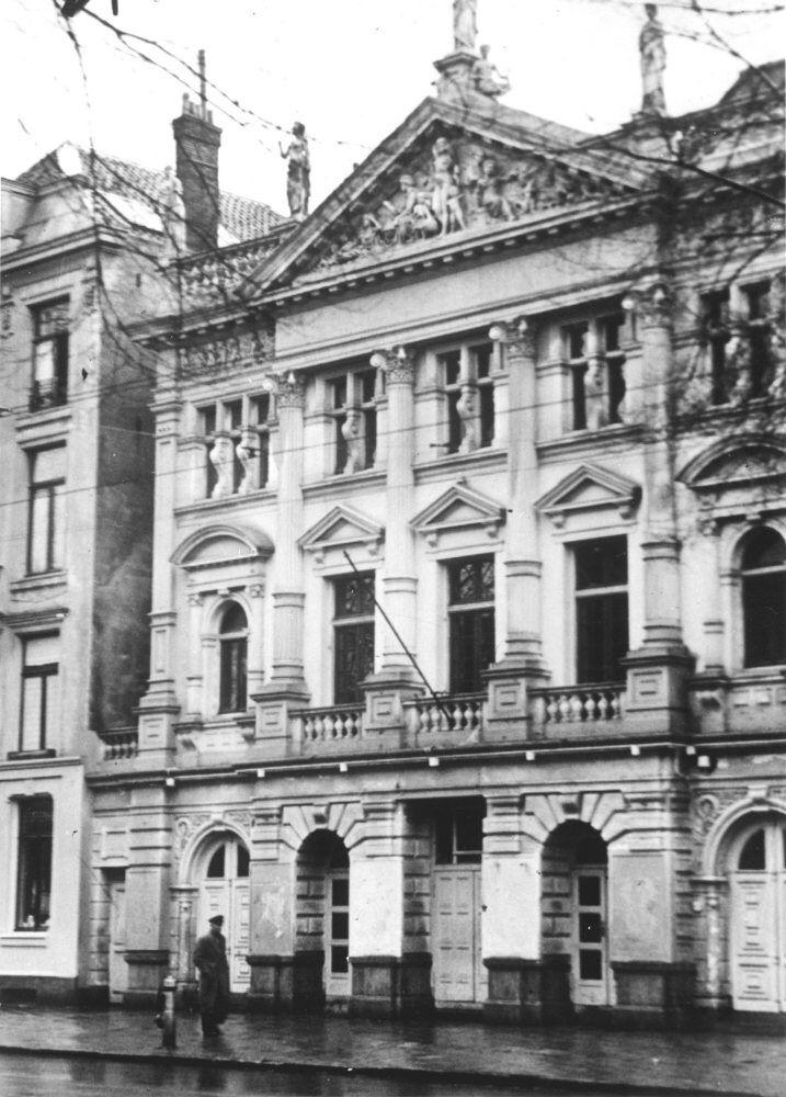 Dit is de schouwburg waar Walter de baas van was. Hij was de baas van 1942 tot 1944. Dankzij Walter zijn er ongeveer 1000 kinderen gered.