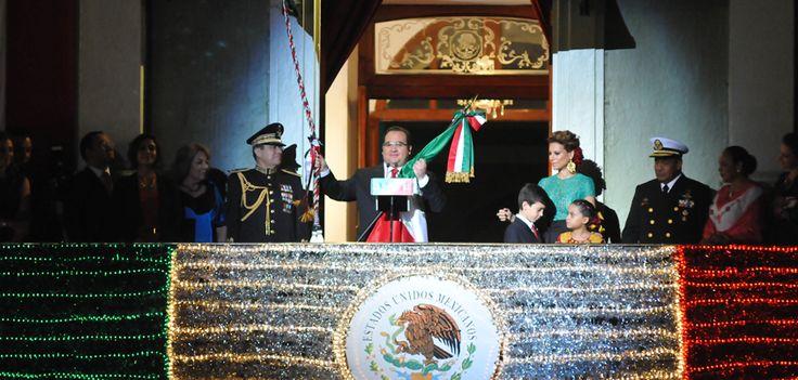 En compañía de su familia, el gobernador Javier Duarte de Ochoa dio el tradicional Grito de Independencia desde el balcón central de Palacio de Gobierno ante miles de veracruzanos. Ondeó la Bandera tricolor e hizo sonar la campana, cuyo tañer recordó la gesta de don Miguel Hidalgo y Costilla y de todos los mexicanos que nos dieron patria y libertad.