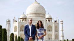 Prins William en zijn vrouw Catherine hebben de veelbesproken foto van prinses Diana bij de Indiase Taj Mahal nagemaakt.