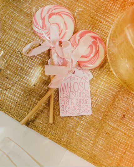 lizaki dla Gości / Lollipops for the guests Wesele Oli i Radka Photography: In Love We Trust http://inlovewetrust.pl/21-06-2014_ola-i-radek-zapowiedz/