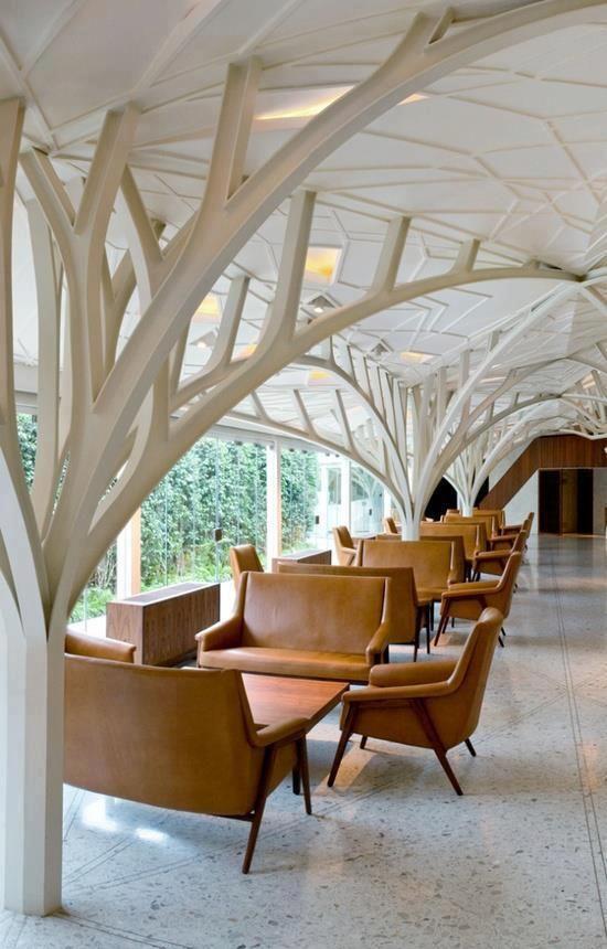 Una sala de descanso con columnas creativas y las sillas. Tiene una buena vista de los al aire libre.