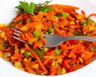 Ragoût minceur de carottes et petits pois à la tomate : http://www.fourchette-et-bikini.fr/recettes/recettes-minceur/ragout-minceur-de-carottes-et-petits-pois-la-tomate.html