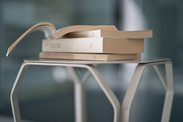 La più elegante collezione di tavolini da salotto TRAY disponibili anche con piano in marmo bianco Carrara o nero Marquinia