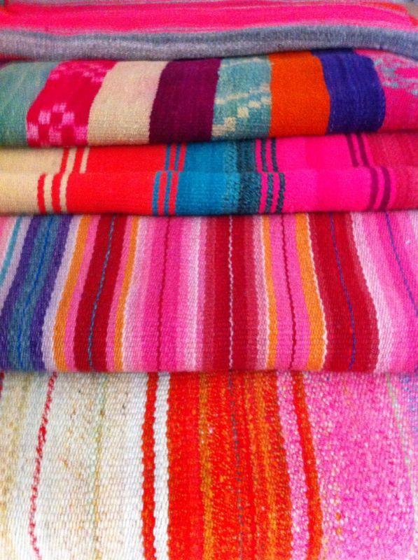 Mantas tejidas a telar con lana de oveja. El proceso de teñido es 100% natural. Prefectas para usar de alfombras, pieceras, mantas, etc!