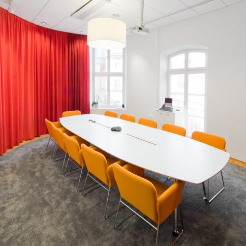 Nice use of fun furniture to liven up a meeting space. (ES)
