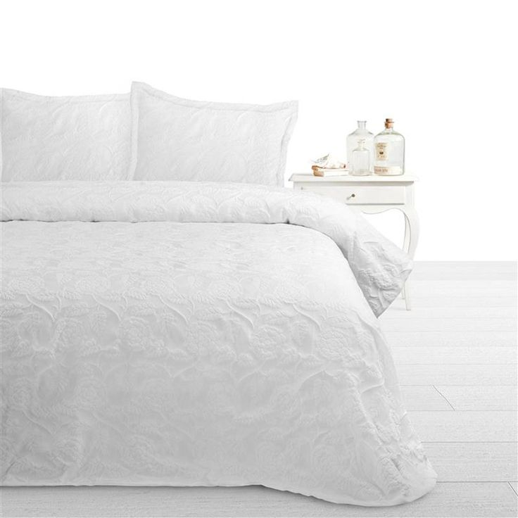 Fancy Embroidery Pure Bedsprei  Description: Fancy Embroidery Pure Bedsprei De Fancy Embroidery Pure bedsprei straalt zoals de naam het zegt pure schoonheid uit. Dankzij deze sprei creëer je een rustgevend atmosfeer in je slaapkamer. De hotel kwaliteit sprei is gemaakt van 80% Katoen en 20% Polyester. De sprei geeft hierdoor genoeg warmte af om je ook tijdens de iets koudere dagen lekker warm te houden. Los van een leuke look ziet je slaapkamer dankzij de sprei er ook meteen goed verzorgd…