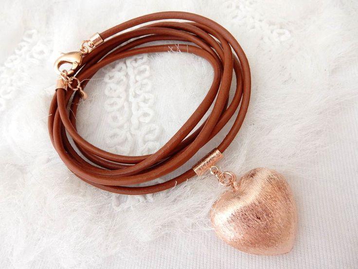 Pulseira semi joia várias voltas em couro natural com acabamentos e pingente de coração escovado folheados a ouro 18kl. Não contém níquel, não alérgica. <br> <br>Tamanho: 1mt