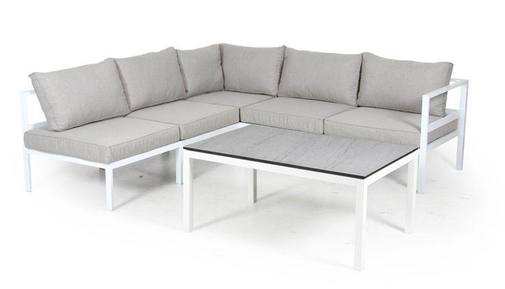 Siro, moderni ja kevytrakenteinen terassikulmasohva valkoisella alumiinirungolla ja harmaat tyynyt. Koko 218 x 218 cm. Sohvapöytä myydään erikseen. €995