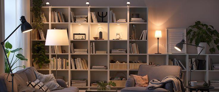 De multiples sources lumineuses dans un salon
