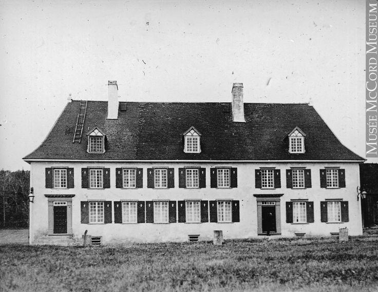 Le manoir Mauvide-Genest est une ancienne résidence seigneuriale érigée en 1734, probablement surhaussée vers 1738 et agrandie de façon importante avant 1755.   Source : http://bit.ly/1zTWRC8