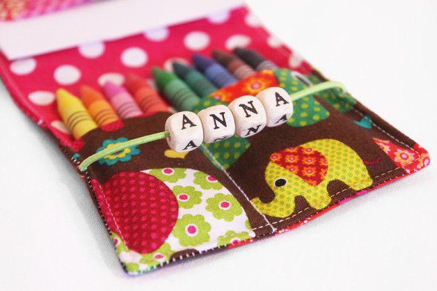 Diese kleine Stifte-Mäppchen eignet sich perfekt als kleines Geschenk oder einfach als kleines Malbuch für die nächste Reise. Das Mäppchen wird mit einem kleinen Malblock und je nach Wunsch mit 9...