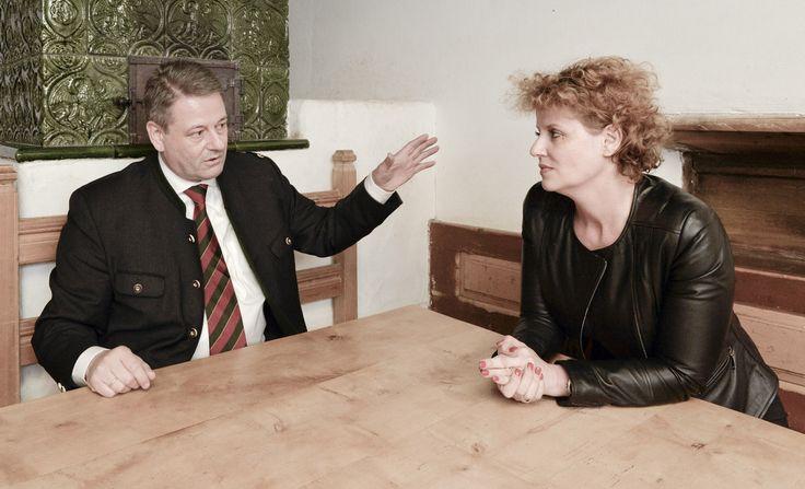 Ida Metzker im Gespräch mit Andrä Rupprechter, dem neuen Landwirtschaftsminister, im Tiroler Hof im Wiener Tiergarten Schönbrunn. Wien, 15.12.2013