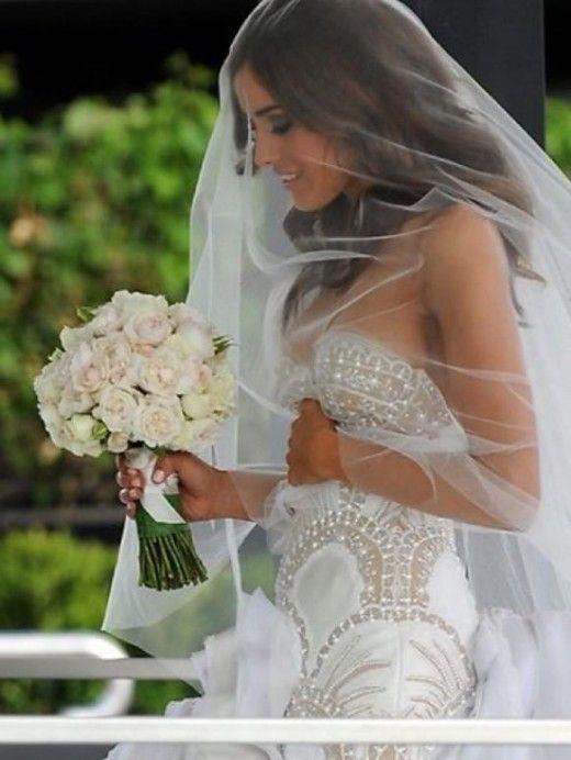 white lace sweetheart wedding dress Ozel Tasarim dantel low back strapless mermaid long train veil biedermeier roses wedding bouquet