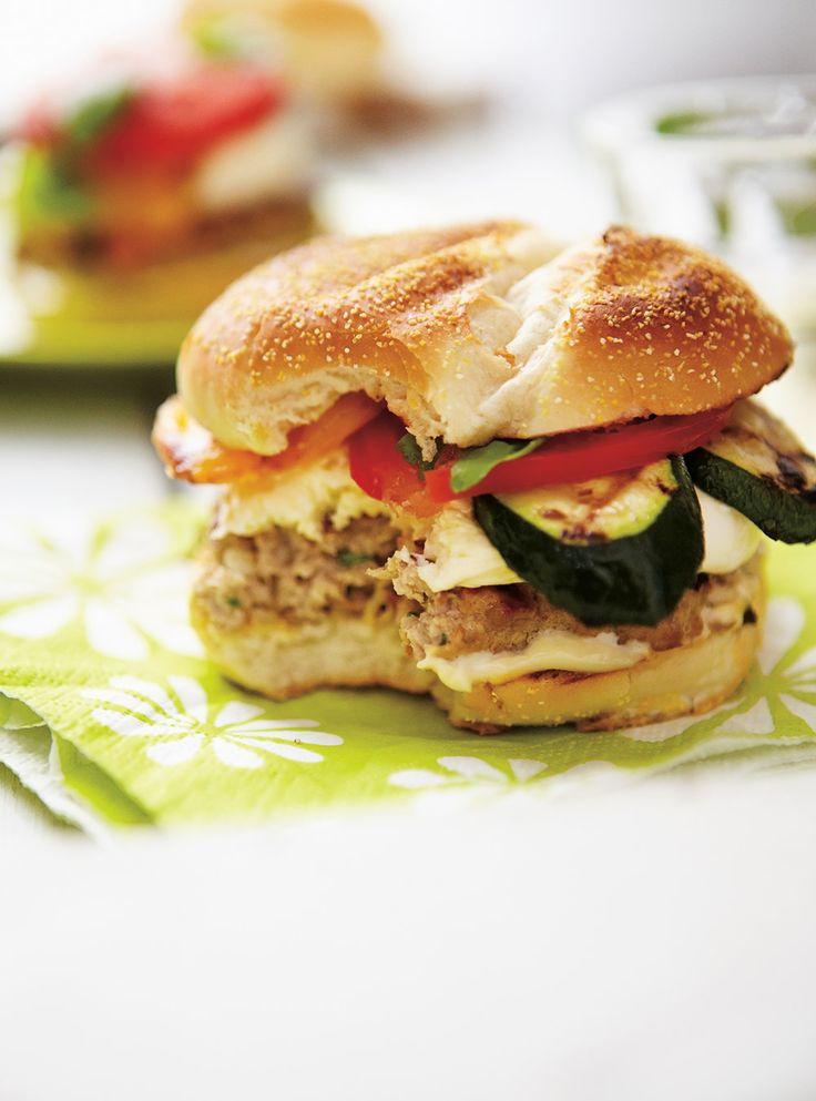 Recette de Ricardo de burgers de veau à la mozzarella fraîche et aux légumes