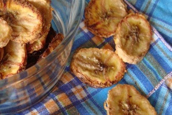 Hoy te proponemos que elaborarestuspropios snacks en casa dejando una receta muy sencilla y sabrosa de chips de banana. Y lo mejor, los puedes compartir con varias personas. Ingredientes – 1 banana firme – 1 cucharadita de aceite Ver también:Tortilla verde de espinacas para el des…